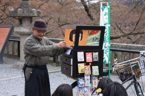 Kamishibai_artist_at_kyomizudera_1